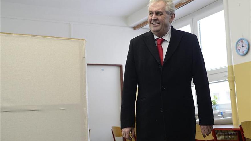 El socialdemócrata Milos Zeman asume la presidencia de la República Checa
