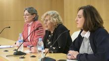 La alcaldesa de Madrid, Manuela Carmena, con la nueva concejal de Igualdad, Celia Mayer, y la concejal de Equidad, Marta Higueras.