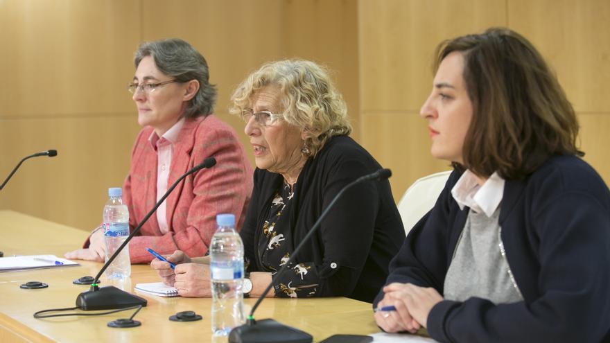 La alcaldesa de Madrid, Manuela Carmena, con la concejal Celia Mayer, a quien releva de Cultura para que se ocupe de la nueva área de Igualdad, y la concejal de Equidad, Marta Higueras..
