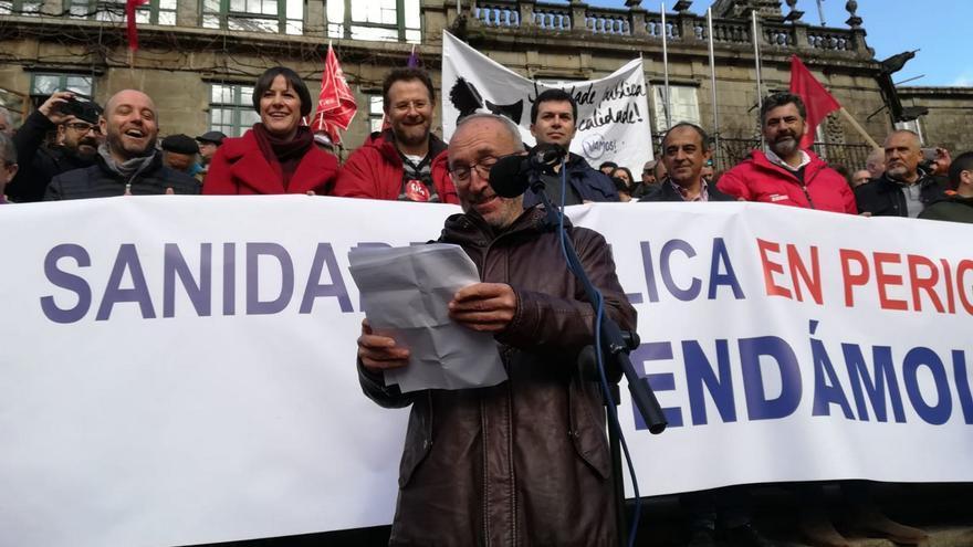 Manuel Martín, portavoz de SOS Sanidade Pública, leyendo el manifiesto final de la movilización sanitaria del 10 de febrero