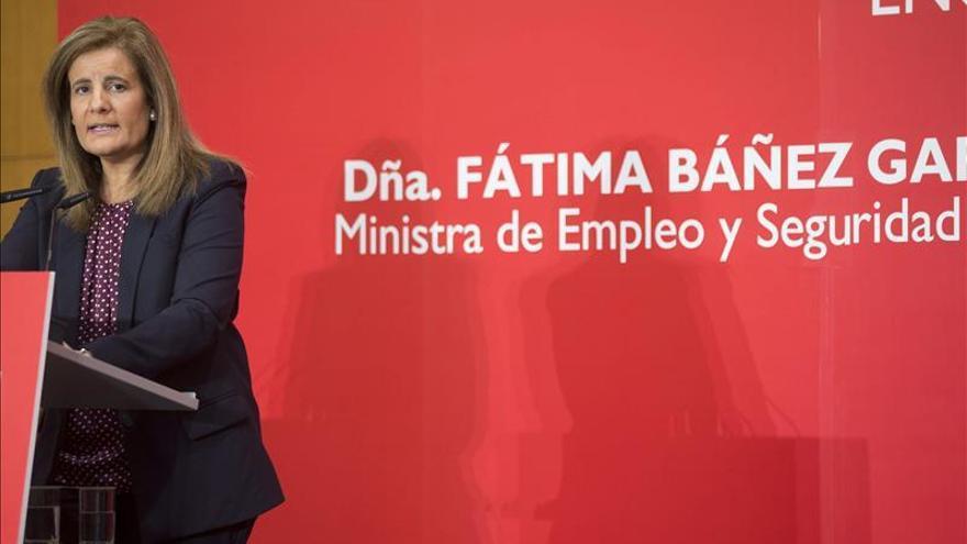 Báñez dice que la bajada del paro confirma que se acelera la creación de empleo