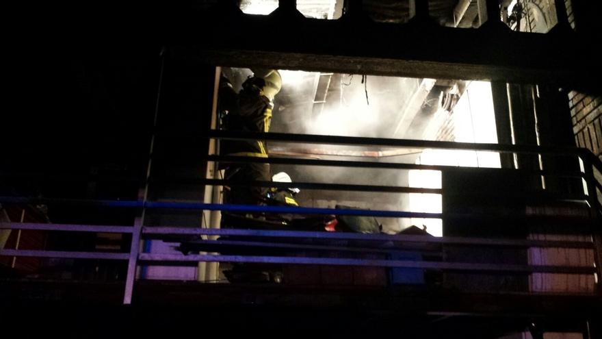 Extinguido un incendio registrado anoche en una nave industrial en Marrón
