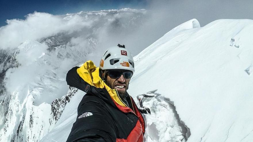 Hansjörg Auer en la cima del Lupghar Sar West.