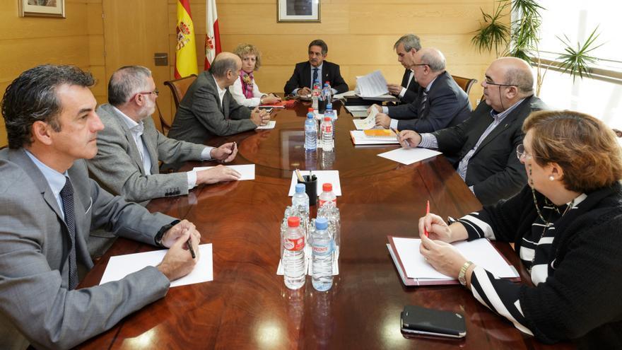 El Consejo de Gobierno, presidido por Miguel Ángel Revilla, ha aprobado en una sesión extraordinaria los presupuestos de 2016.   Raúl Lucio