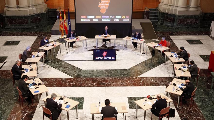 Representantes de los partidos políticos de Aragón, de los agentes sociales y de la FAMCP participaron este viernes en una reunión convocada por Javier Lambán.