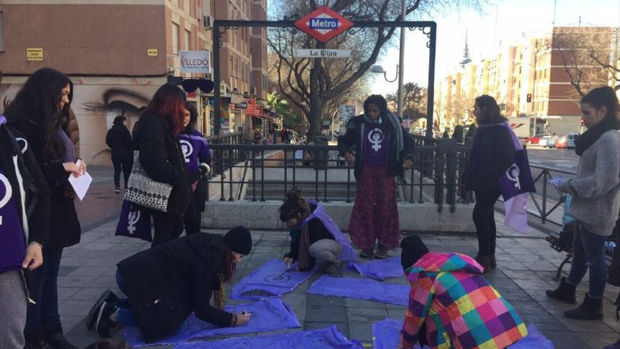 Las activistas de Feminismos Ciudad Líneal preparándose