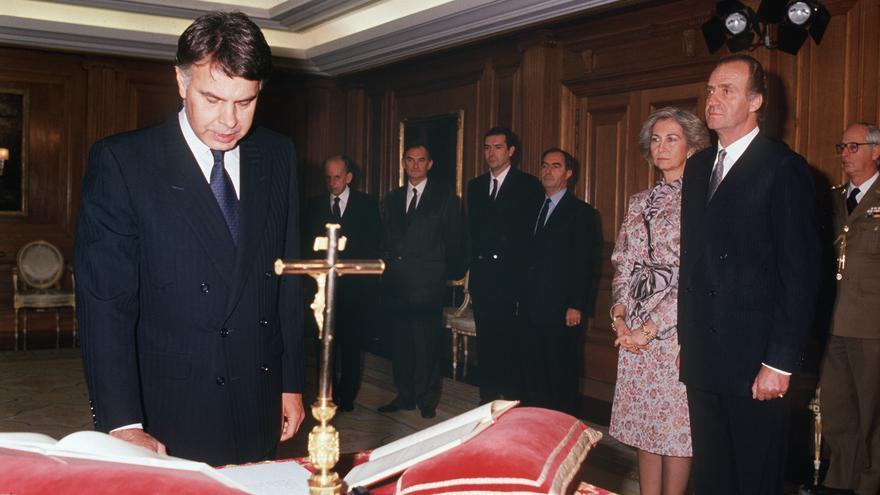 Felipe González jura su cargo como presidente el 8 de diciembre de 1989.