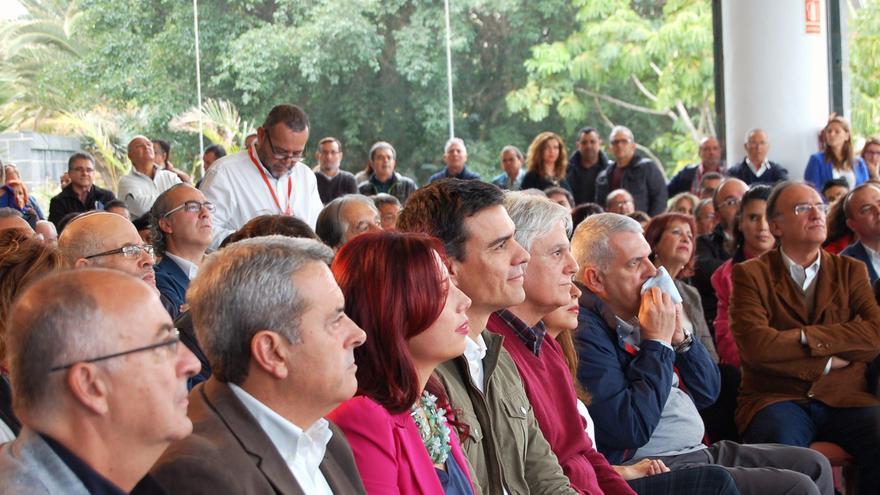 Patricia Hernández arropada por Pedro Sánchez y José Miguel Pérez, durante la presentación de candidata. Foto: Belén Molina