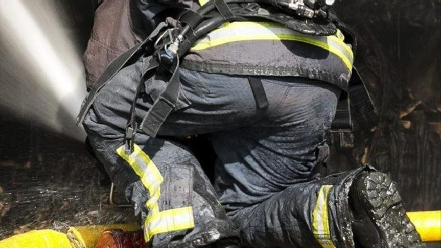 Controlan un incendio que afectó a doce naves de un polígono de Santiponce (Sevilla)