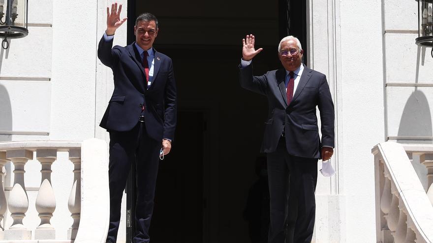 El presidente del Gobierno, Pedro Sánchez (i); y el primer ministro de Portugal, António Costa (d), en una imagen de archivo