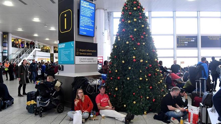 Una multitud de viajeros ayer en el aeropuerto de Gatwick.
