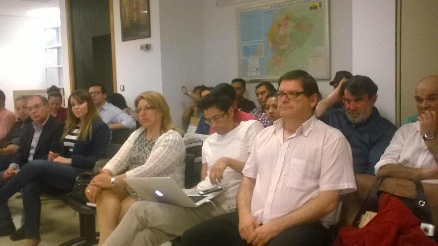 El diputado de la Asamblea de Podemos Andrés Pedreño en el consulado de Ecuador