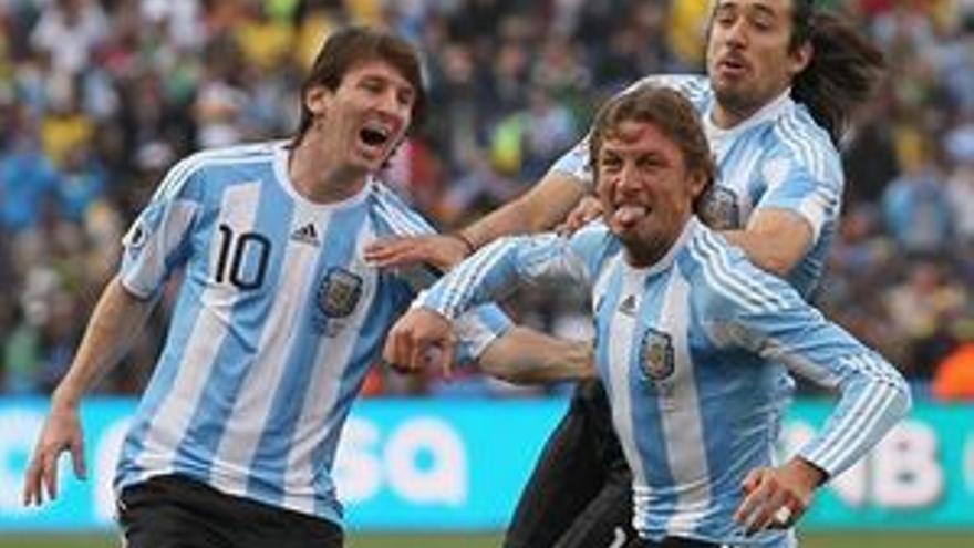 Heinze celebra con Messi el gol argentino. (REUTERS)