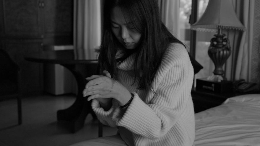 Una joven se refugia en un hotel para superar un accidente del que no sabemos nada