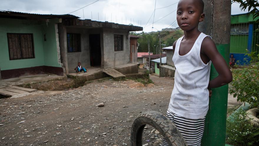 Un niño en la región colombiana del Chocó