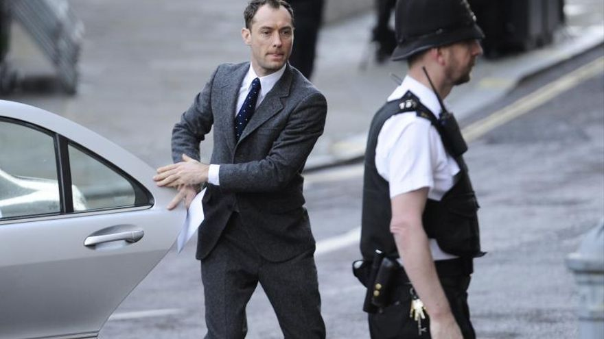 """Jude Law dice que los medios tenían """"cantidades insanas de información"""""""