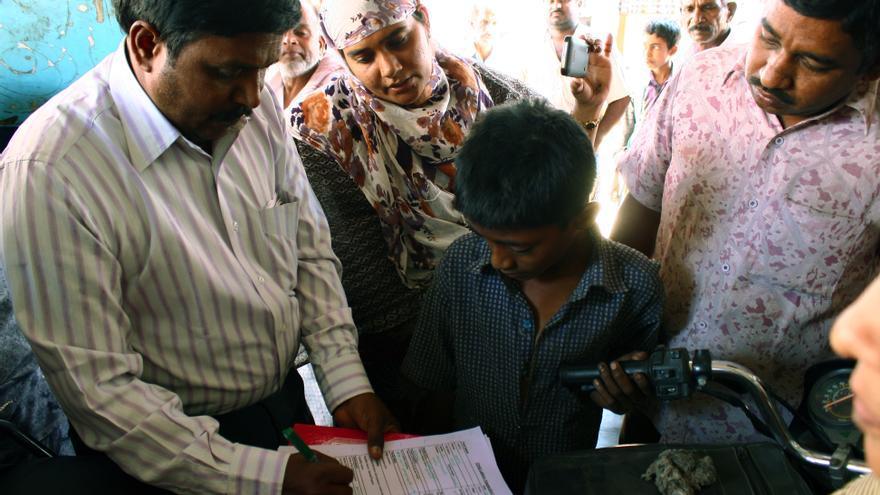 Los responsables del departamento de Trabajo del gobierno registran los datos para denunciar al empresario (derecha) por un delito de trabajo infantil/ R. Ovalle