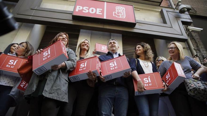 Pedro Sánchez presenta 57.369 avales, más que los 41.338 que reunió en 2014