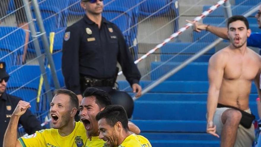 Los jugadores de la UD Las Palmas celebran su gol ante el CD Tenerife. EFE/ Quique Curbelo
