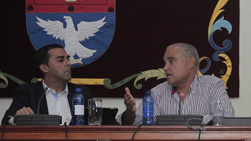 El alcalde de Arrecife, José Montelongo (PSOE), y el teniente de alcalde, Rafael Juan González (CC), en un pleno reciente. (De la Cruz)