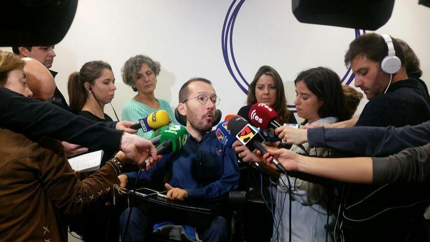 Echenique atiende a los medios de comunicación en la sede de Podemos en Zaragoza.