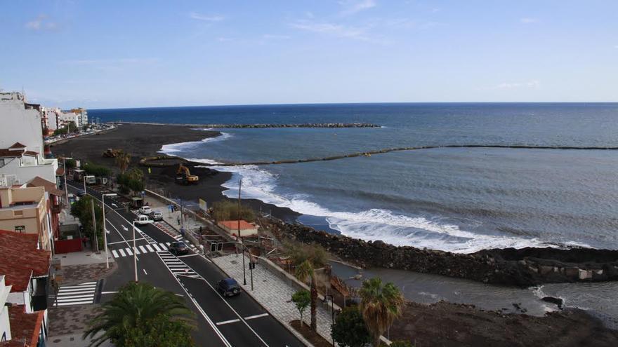 La arena, como se aprecia en la imagen, cubre ya gran parte de la futura playa.