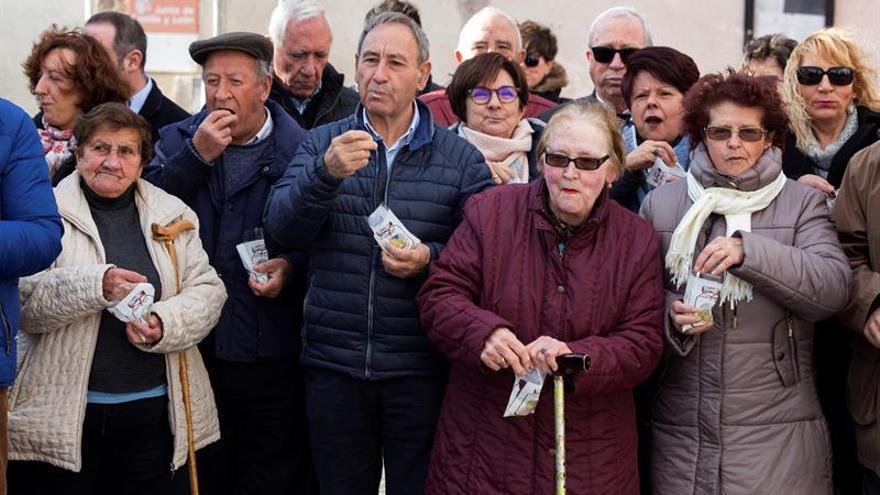Villar de Corneja (Ávila) anticipa las campanadas a su longevo vecindario