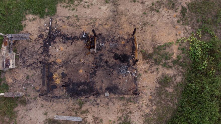 Restos de la casa quemada en al área ocupada de la granja 1.200
