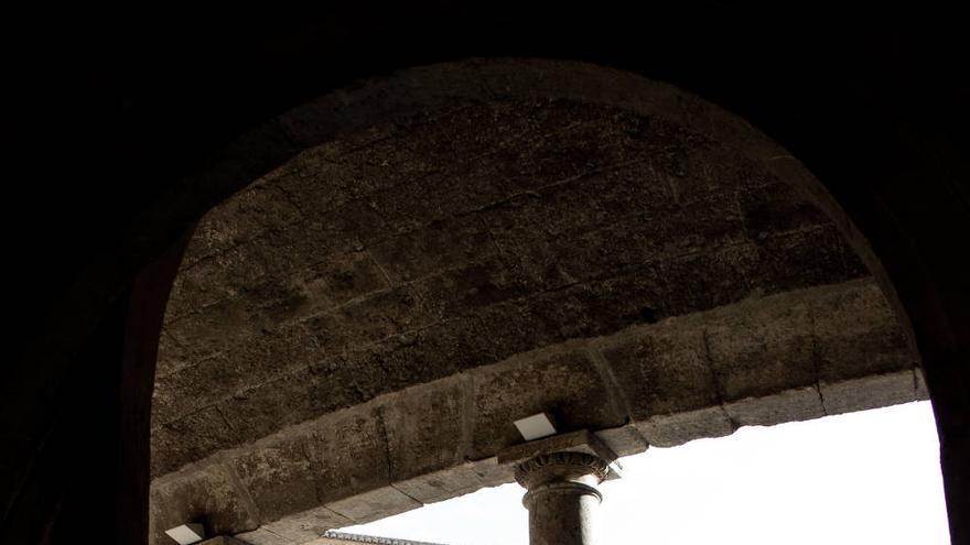 Columnas del patio central del Palacio de Carlos V, en La Alhambra.