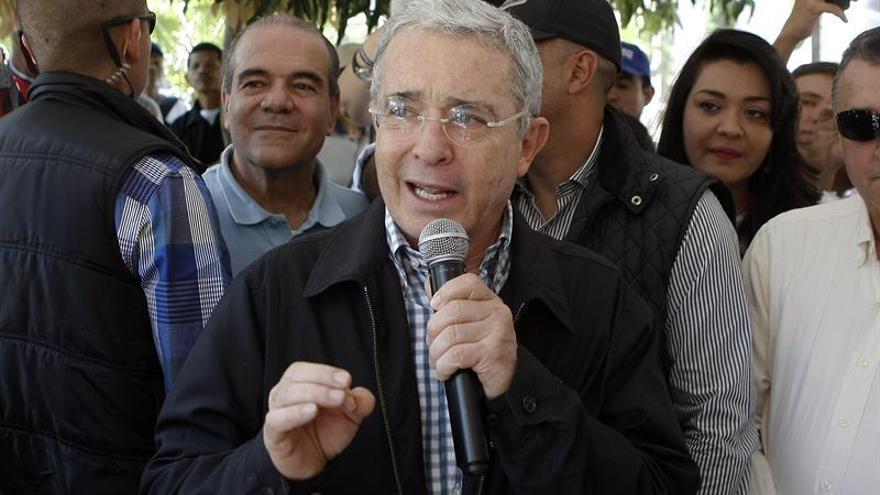 """Uribe dice a Santos que es """"inútil"""" invitarle a diálogo sobre la paz"""