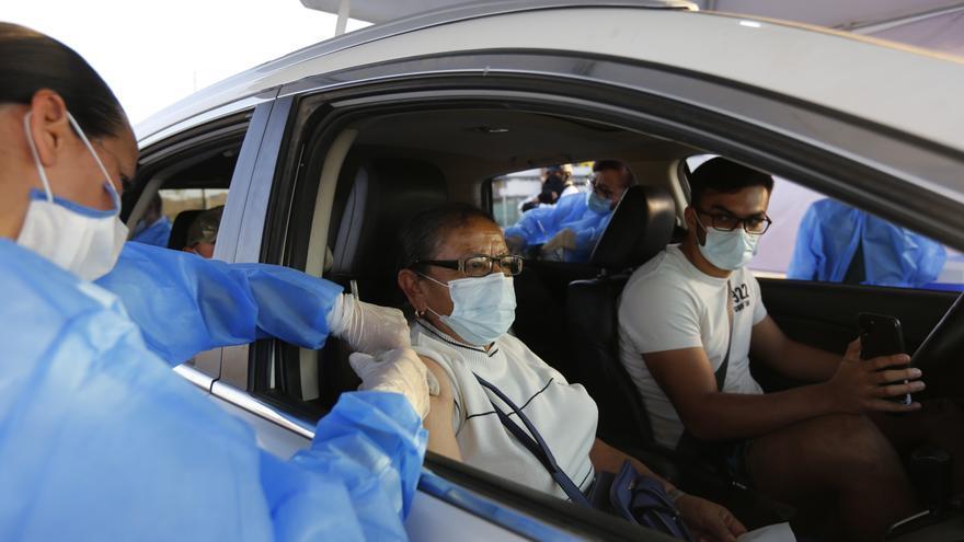 Arranca la primera vacunación contra la covid-19 a través del auto en México