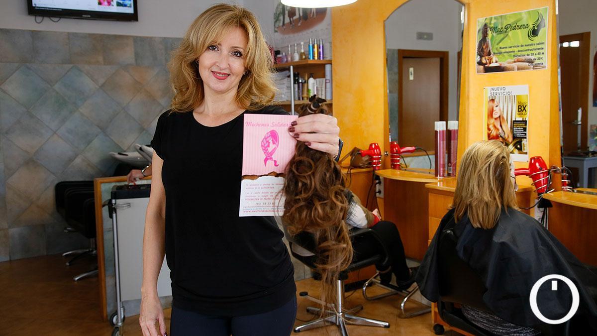 Mechones solidarios en la peluquería Mari Carmen Pedrera