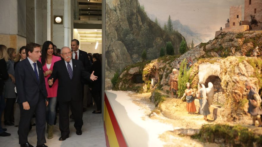 El alcalde y la vicealcaldesa de Madrid en la inauguración del Belén en el Palacio de Cibeles. / Ayuntamiento de Madrid
