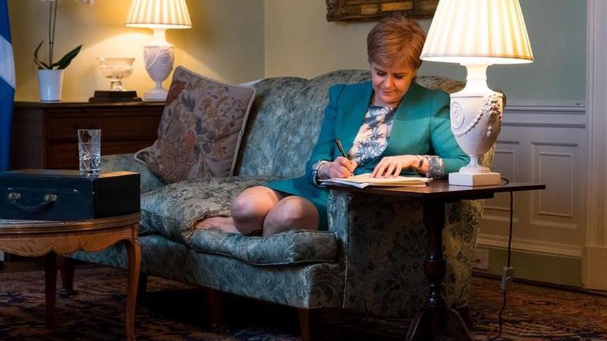 """Escocia pide al Reino Unido que le deje """"elegir su futuro"""" ante el """"brexit"""""""