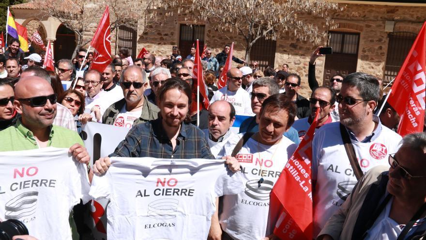 Pablo Iglesias con los trabajadores de Elcogas en Puertollano (Ciudad Real)