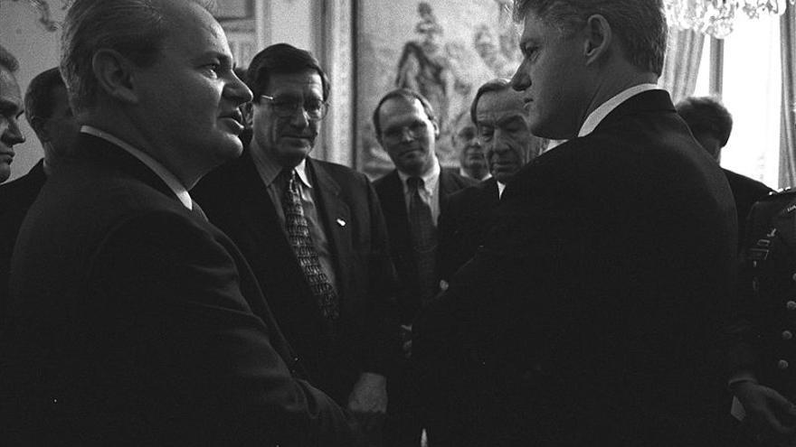 Slobodan Milosevic y Bill Clinton en la residencia del embajador de EEUU en París en 1995.