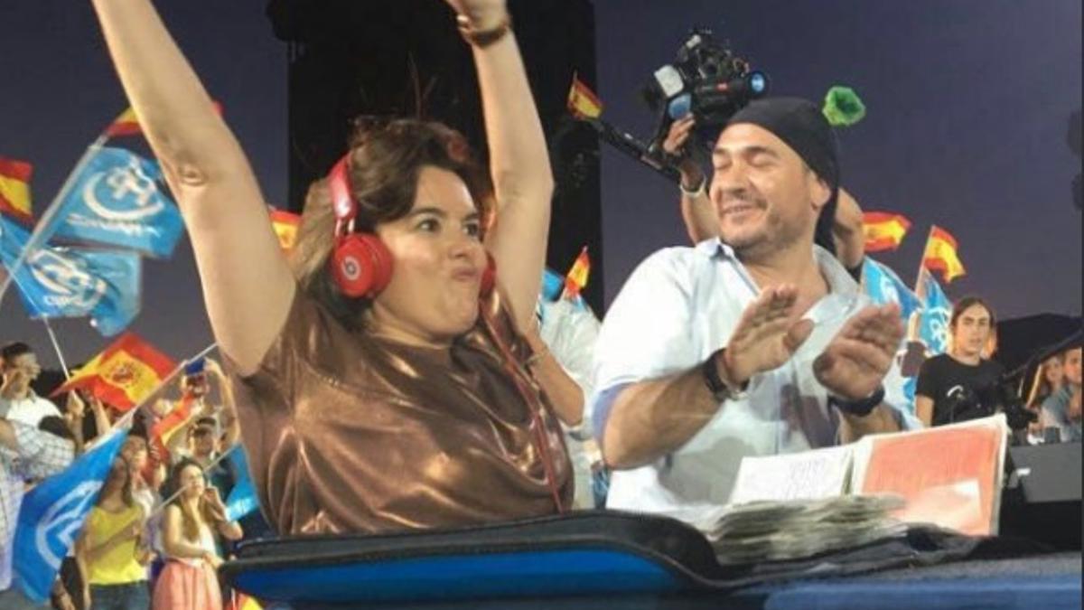 DJ Pulpo, junto a Soraya Sáenz de Santamaría en 2016, en el acto de cierre de campaña del PP para el 26J