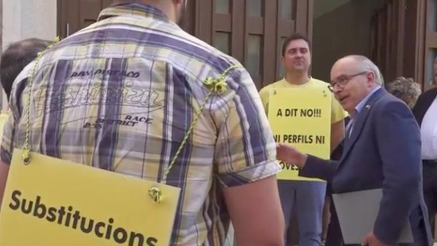 Josep Bargalló, conseller de Educación de Catalunya, conversando con un grupo de sindicalistas