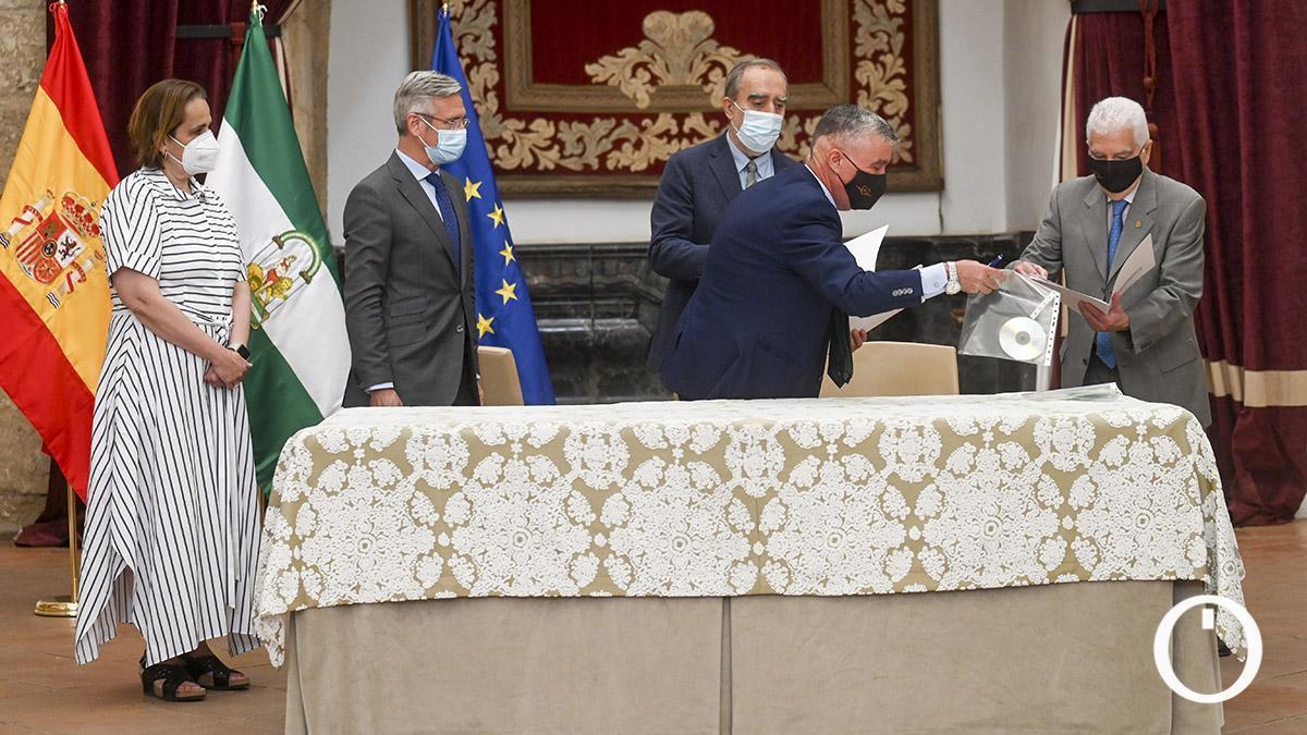 Los sobrinos de Pablo García Baena firman el acta de entrega de su obra
