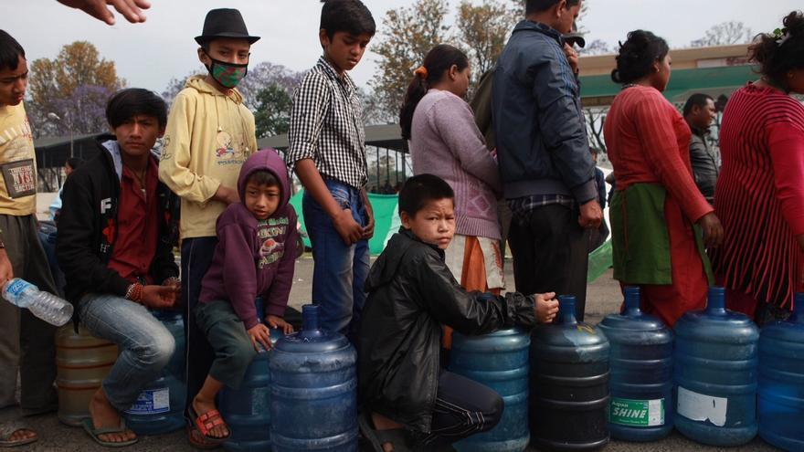 Cola en Katmandú para rellenar agua. / Prashanth Vishwanathan / ActionAid.
