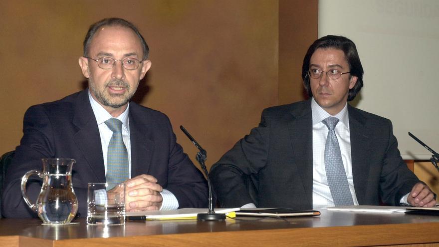 Cristóbal Montoro y Pío Cabanillas, en su etapa como ministros de Aznar en mayo de 2002. EFE/Mondelo