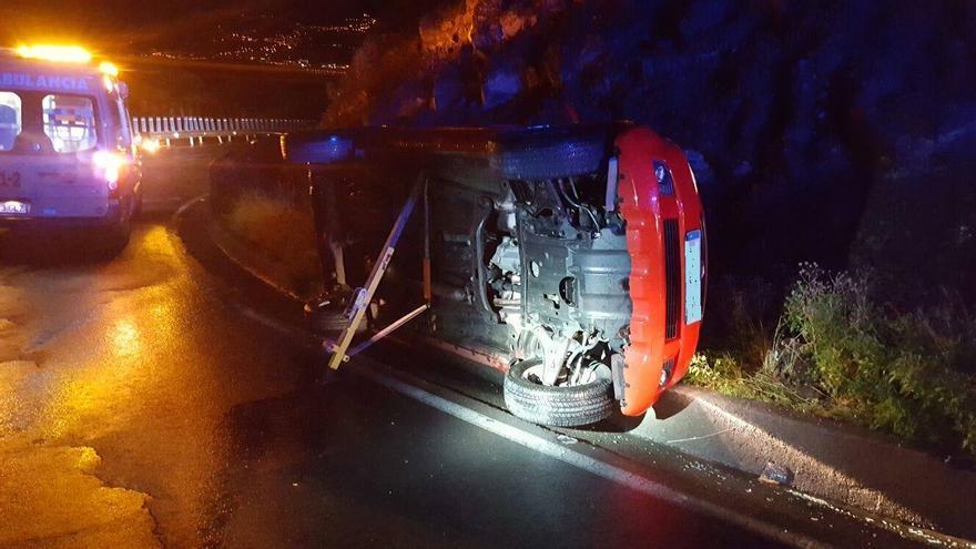 Imagen del vuelco del vehículo esta madrugada en Puntallana. Foto: BOMBEROS LA PALMA