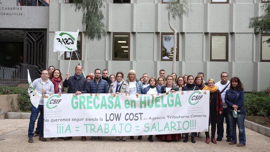 Protesta de los trabajadores y trabajadoras de la empresa pública de gestión recaudatoria de Canarias (Grecasa) frente al edificio de Servicios Múltiples del Gobierno de Canarias.