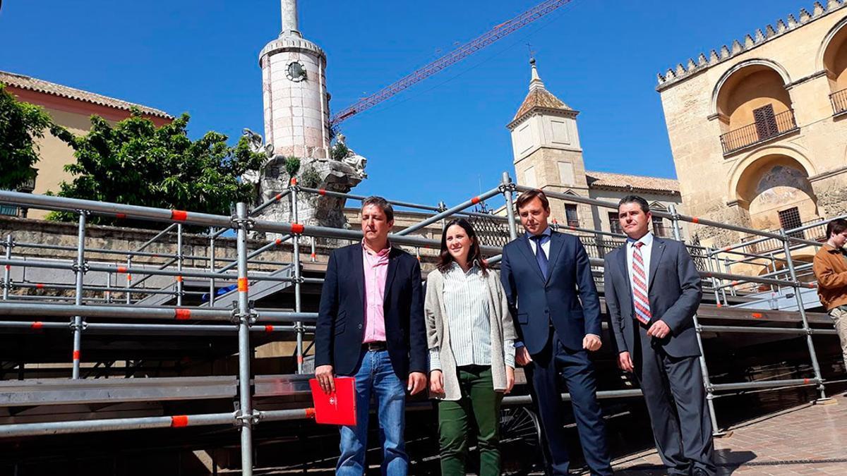 Imagen de archivo de Casanueva y Repullo con miembros de la Agrupación de Cofradías.