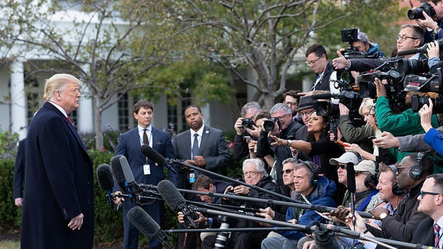 El presidente Donald Trump atiende a los medios en la Casa Blanca