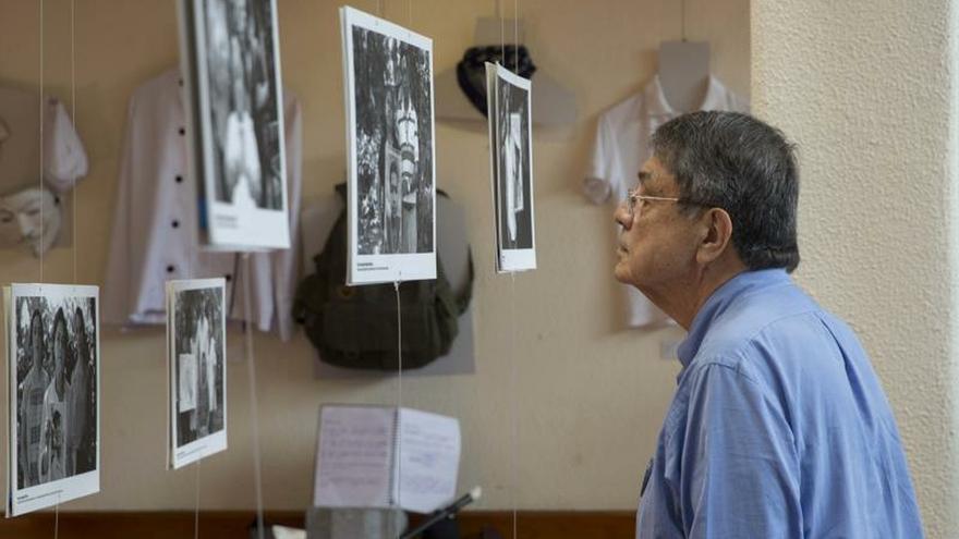 El escritor nicaragüense Sergio Ramírez observa varias fotografías este lunes durante la inauguración de un museo memoria sobre los asesinados en el marco de las protestas contra el Gobierno de Daniel Ortega, en Managua (Nicaragua).