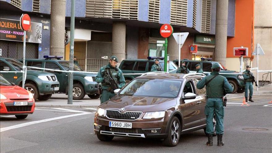 """Dieciséis detenidos en una operación contra el """"frente de cárceles"""" de ETA"""