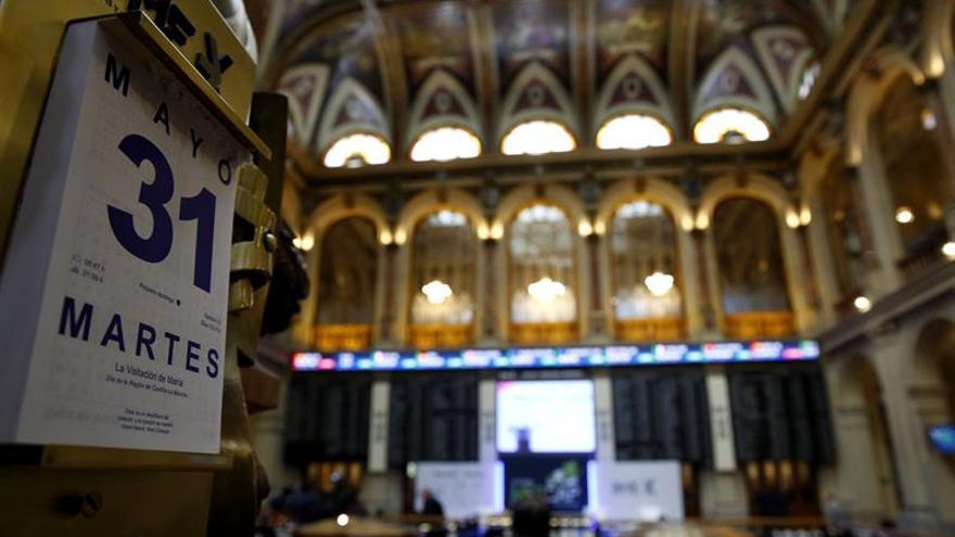 El IBEX 35 cotiza plano a mediodía y mantiene ganancias del 1 % en mayo