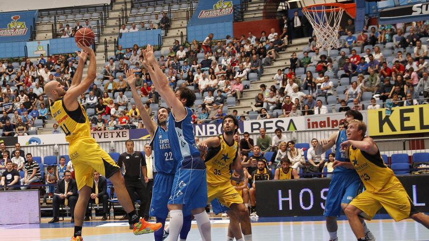 Xavi Rey tira a canasta en el partido entre el Gipuzkoa y el CB Canarias. (ACB Photo/L. García)