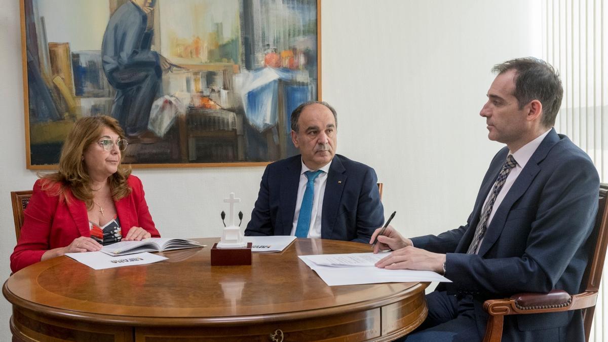 Mabel Campuzano, Francisco Carrera y Juan José Liarte, diputados 'díscolos' de Vox en Murcia.
